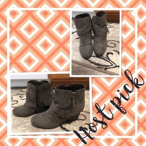 Size 11M A-Z Lady side zip wedge booties
